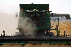 Vorderansicht der Erntemaschine in der Aktion. stockfoto
