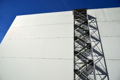 Vorderansicht der Fassade mit Metallfeuertreppenhaus Lizenzfreie Stockfotos