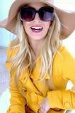 Vorderansicht der Frau mit Hut und Sonnenbrillen Lizenzfreie Stockbilder