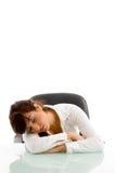 Vorderansicht der Frau schlafend auf Tabelle Stockbild