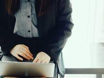 Vorderansicht der Geschäftsfrau 30s zu 40s im vollen schwarzen Anzugsesprit Lizenzfreies Stockbild