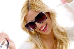 Vorderansicht der glücklichen Frau mit Einkaufenbeuteln Lizenzfreie Stockbilder