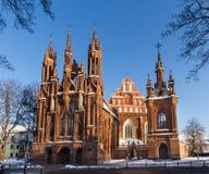 Vorderansicht der gotischen Kirche des roten Backsteins in Vilnius, Litauen Stockbild