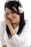 Vorderansicht der hörenden Musik der freundlichen Frau Lizenzfreie Stockbilder