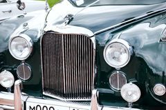 Vorderansicht der klassischen alten Autonahaufnahme Stockfotografie