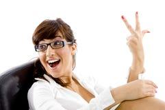 Vorderansicht der lächelnden Frau drei zählend stockbilder
