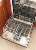 Vorderansicht der leeren Spülmaschine Stockfotografie
