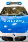 Vorderansicht der Nahaufnahme des neuen modernen deutschen Polizeiwagens Stockfoto