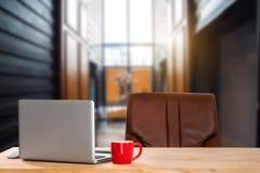 Vorderansicht der Schale und des Computers, des Smartphone und der Tablette auf Tabelle im Büro lizenzfreies stockfoto