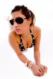 Vorderansicht der tragenden Sonnenbrillen der sinnlichen Frau Lizenzfreie Stockfotografie