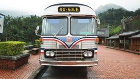 Vorderansicht des alten Busses stockfoto