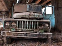 Vorderansicht des alten LKWs Stockfotos