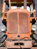 Vorderansicht des alten roten Traktors und des Fahrerhauses Lizenzfreie Stockfotografie