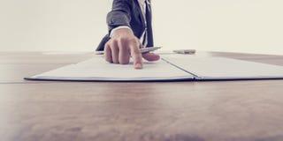 Vorderansicht des Arbeitgebers zeigend auf einen Vertrag lizenzfreies stockbild