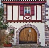 Vorderansicht des baskischen traditionellen Gebäudes in Heilig-Jean-Gescheckt-De lizenzfreie stockfotografie