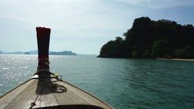 Vorderansicht des Bootes des langen Schwanzes bei Thailand stock video