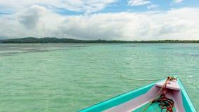 Vorderansicht des Bootes ohne bemannt Land- und Nylonpool in karibischem Meer Tobagos stockfoto