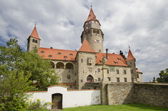 Vorderansicht des Brunnens konservierte gotisches Schloss Bouzov Stockfoto