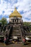 Vorderansicht des Chedi in Wat Chiang Man lizenzfreies stockbild