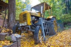 Vorderansicht des gelben alten Traktors Lizenzfreie Stockfotos
