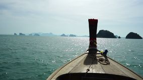 Vorderansicht des hölzernen Bootes des langen Schwanzes stock video footage