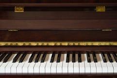 Vorderansicht des hölzernen Klaviers, Nahaufnahme Lizenzfreie Stockfotografie