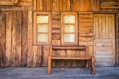 Vorderansicht des hölzernen Raumes der Weinlese mit Stuhl, Fenster und Tür Stockfotos