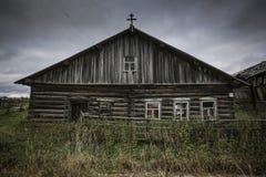 Vorderansicht des Holzhauses im russischen Dorf am sonnigen Sommertag lizenzfreie stockfotografie