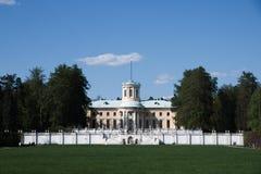 Vorderansicht des Landsitzhauses lizenzfreie stockfotografie