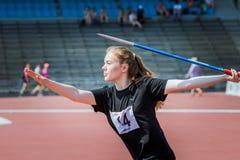 Vorderansicht des Mädchenathleten in werfendem Speer der Sportkleidung Stockfoto