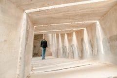Vorderansicht des Mannes allein gehend in Tunnelkorridor Städtischer untertägiger einsamer Gehwegdurchgang Einzelne erwachsene Ge stockfotos