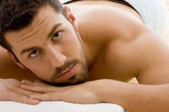 Vorderansicht des Mannes entspannend in der Badekurortrücksortierung Lizenzfreie Stockfotos