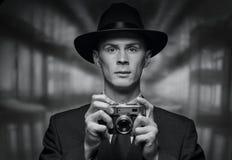 Vorderansicht des Mannes Weinlesekamera halten Stockfotos