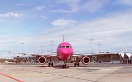 Vorderansicht des modernen Passagierflugzeugs aus den Grund Stockbilder