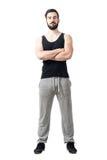 Vorderansicht des muskulösen Eignungsathleten mit den gekreuzten Armen stockbilder