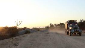 Vorderansicht des Packwagens unten kommend die Landstraße in Jodhpur bei Sonnenuntergang stock footage