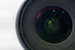 Vorderansicht des schwarzen Kameraobjektivs lokalisiert auf weißem Hintergrund Lizenzfreies Stockfoto