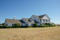 Vorderansicht des Southfork-Ranchhauses, Parker, Texas, Vereinigte Staaten Die Ranch erscheint in der Fernsehserie Dallas stockfotos