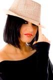 Vorderansicht des tragenden Hutes der schönen Frau Stockfotos