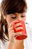 Vorderansicht des trinkenden Kaffees der Frau Lizenzfreie Stockfotografie