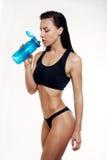 Vorderansicht des Trinkwassers der dünnen Eignungsfrau Lizenzfreies Stockfoto