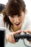 Vorderansicht des weiblichen genießenden Videospiels Lizenzfreie Stockbilder