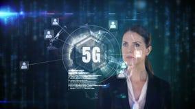 Vorderansicht einer Geschäftsfrau, die Knopf 5g mit hellen Partikeln auf dem Hintergrund berührt stock abbildung