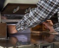 Vorderansicht einer Papierguillotine in der Handelsdruckindustrie Hydraulische industrielle Guillotine lizenzfreies stockfoto
