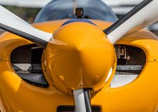 Vorderansicht eines einmotorigen Propellerflugzeuges stockbild