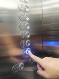 Vorderansicht eines modernen Aufzugs und des Nennens des Aufzugs Stockbild