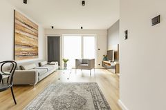 Vorderansicht eines modernen Wohnzimmerinnenraums mit einer Weinlesewolldecke, stockbilder