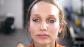 Vorderansicht eines schönen lächelnden weiblichen Modells während des Bildungsprozesses Bilden Sie Künstler abschließt die Arbeit stock video