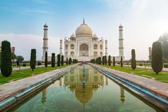 Vorderansicht Taj Mahals dachte über das Reflexionspool, ein Elfenbein-weißes Marmormausoleum am Südufer des Yamuna-Flusses in AG lizenzfreies stockbild