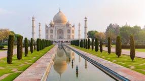 Vorderansicht Taj Mahals dachte über das Reflexionspool nach Stockfotos